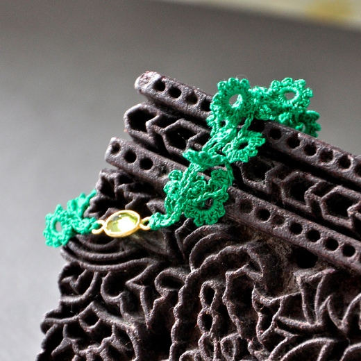 crochet flowers bracelet with peridot